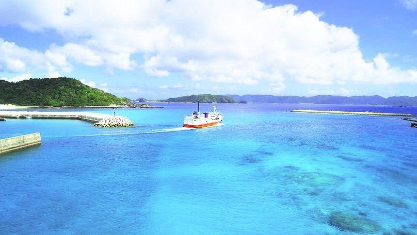 青い海に浮かぶ船
