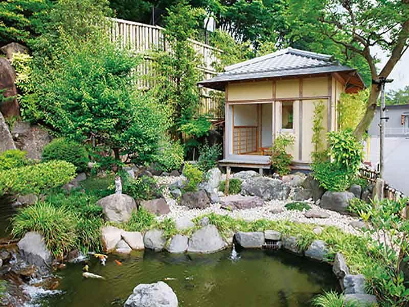 メモリアルフォレスト多磨の昔ながらの小さい池と青龍庵