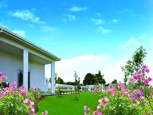久喜清久霊園の管理棟周辺を彩る花