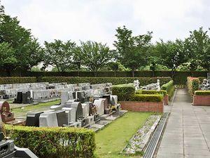 木が植えられ整備された上尾霊園の墓域