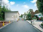 メモリアルフォレスト多磨の整備された駐車スペースと売店