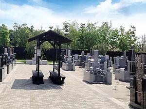 幕張霊園の敷地にあるベンチと墓石