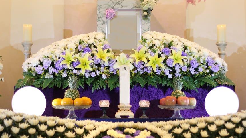 白い花がメインの花祭壇