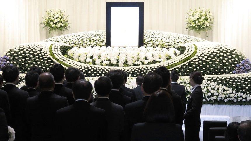 豪華な花祭壇の告別式の様子