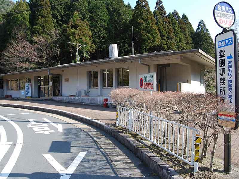 大阪北摂霊園の管理事務所前に停まるバス停