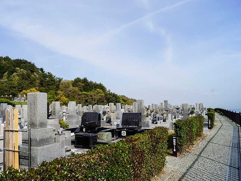 大阪北摂霊園に並ぶ洋型・和型墓石