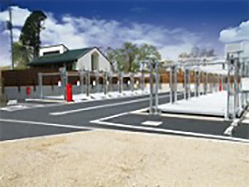 メモリアルガーデン新座 駐車場と管理棟外観
