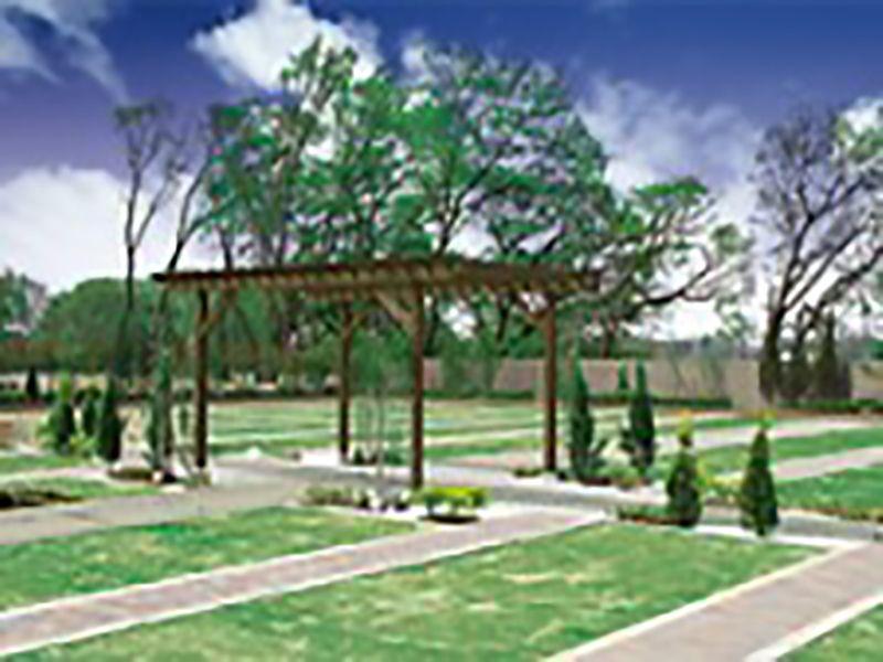 芝生が広がっているメモリアルガーデン新座の景観