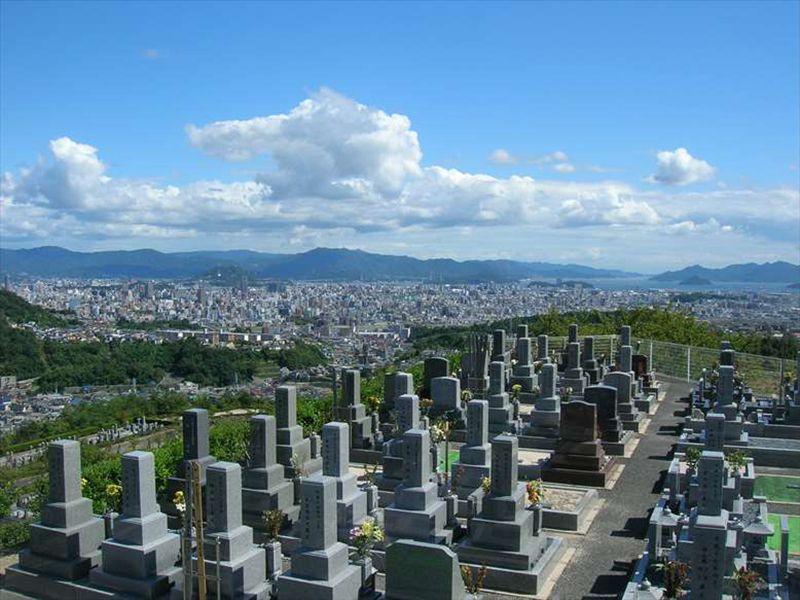 広島平和霊園と青空
